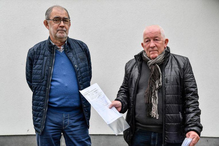 Marc Moonen en Leo De Saedeleir zamelen handtekeningen in tegen de plannen van het gemeentebestuur.