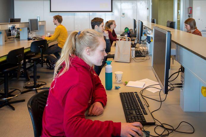 Studenten chatten zaterdag met jongeren die interesse hebben in een studie in Wageningen.