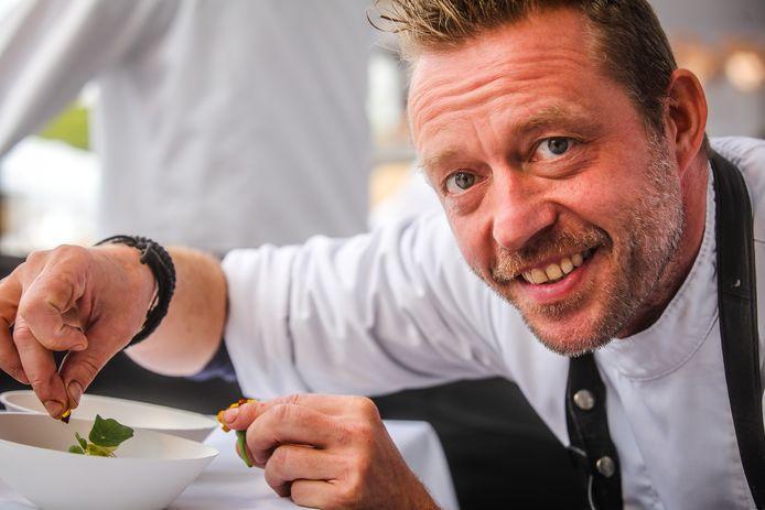 Kok au Vin-chef Jürgen Aerts met zijn Beste van 't kip, mout, rode biet, appel.