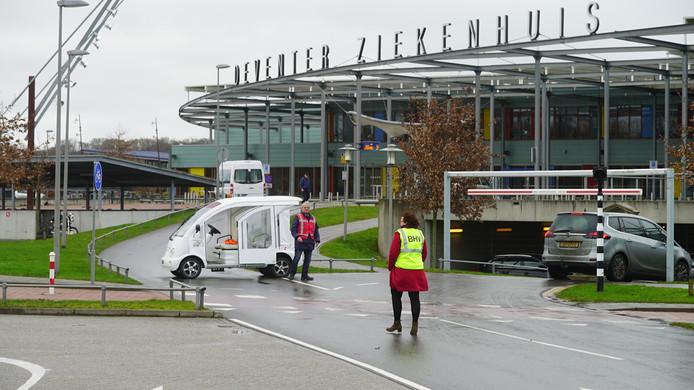 Bezoekers worden via de parkeergarage het ziekenhuis van Deventer ingeleid.