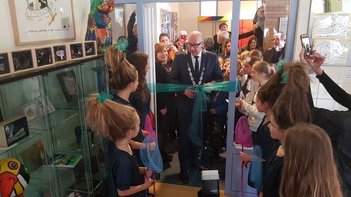 Burgemeester Mikkers opende de pop-up expositie
