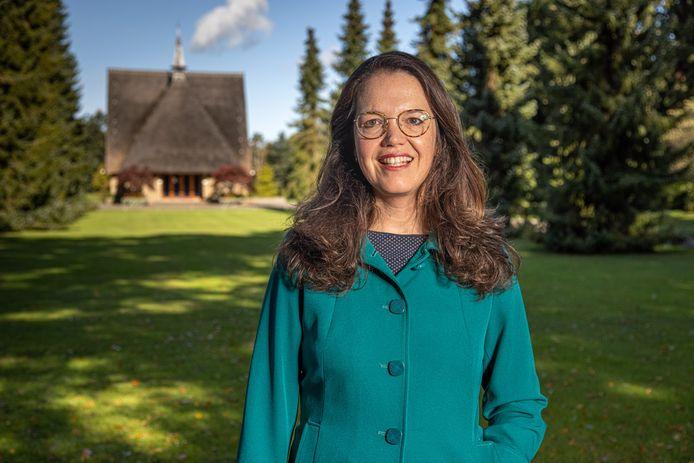 Esther Mostert uit Zwolle is uitvaartschrijver en denkt na over de inhoudelijke invulling van een afscheid.