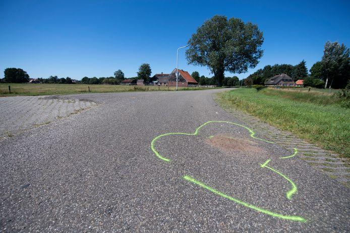 Gifgroene strepen markeren de plek waar een trekker in botsing is gekomen met een groep van negen fietssters.