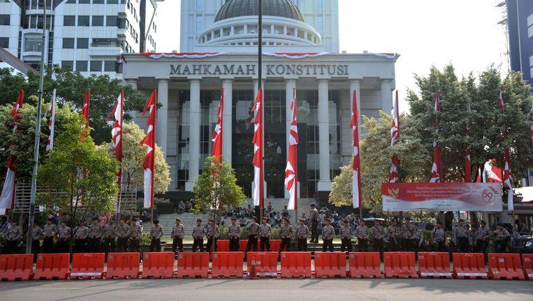 De politie bewaakt het gerechtsgebouw in Jakarta. Tegen aanhangers van Prabowo werd vanochtend traangas ingezet. Beeld null