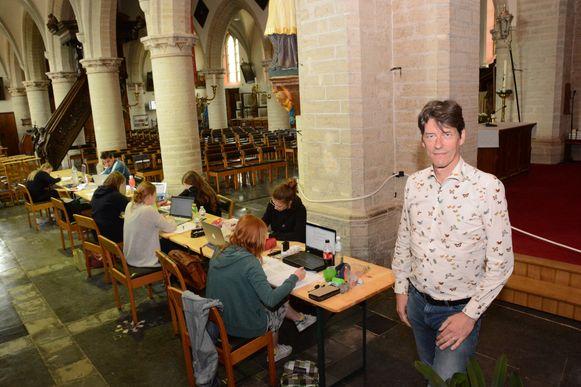 Schepen Kris Smet in de studieruimte in de Sint-Petruskerk.