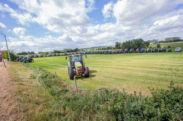 Tientallen tractoren werden op de weide tegenover de begraafplaats opgesteld.