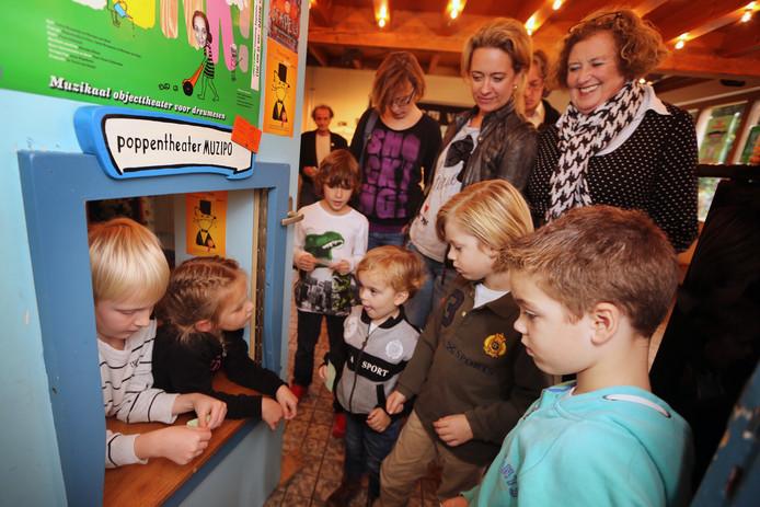 Kinderen mogen de kaartcontrole doen bij Muzipo.