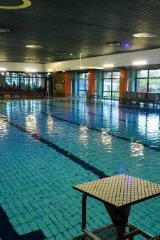 Zwembad Hoogland valt om van ouderdom: 'Plastic valt zo het water in'