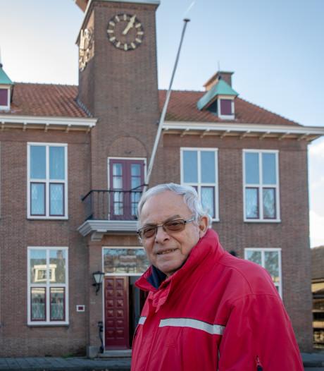 De tijd heeft stilgestaan, maar de klok tikt door in het oude gemeentehuis van Krabbendijke