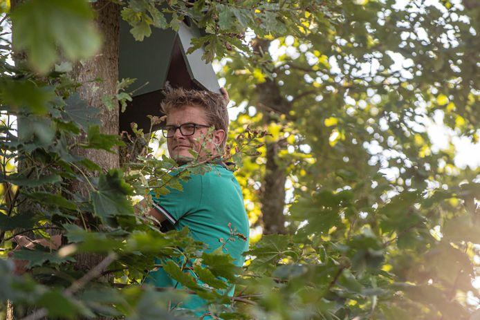 Roland-Jan Buijs bij één van zijn vogelkasten.