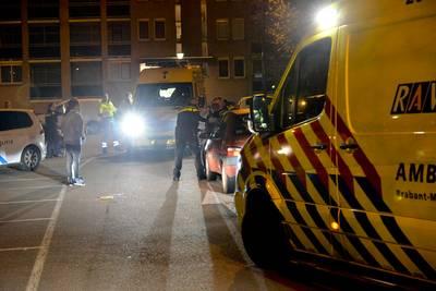 Man glijdt van motorkap rijdende auto en raakt gewond in Breda