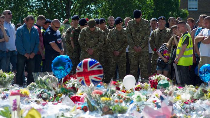Militairen brengen in Woolwich een eerbetoon aan hun doodgestoken collega, zondag.