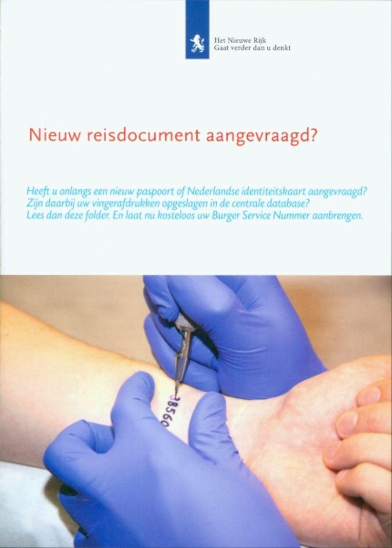 De zeer officieel ogende folder van Het Nieuwe Rijk: 'Tatoeage vergroot gemak bij internationale vluchten'. (Het Nieuwe Rijk) Beeld