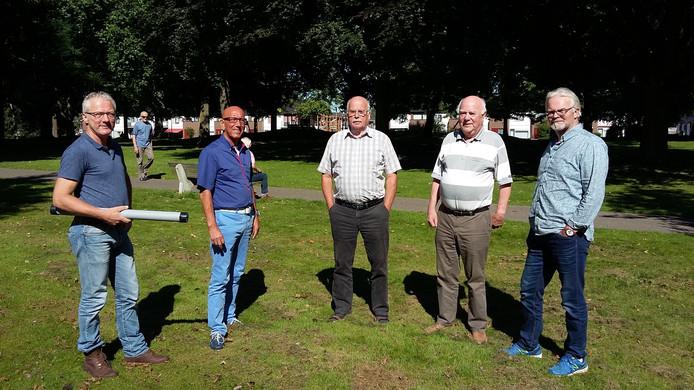 Huub Zoontjes (tuinlandschapsontwerper), Bertus Huttenhuis, Gerard Hommels, Jan Olde Kalter (alledrie Stichting Park Stakenkamp) en Theo van Piekartz (IVN Oldenzaal) op de plek waar de vlinderhof moet komen.