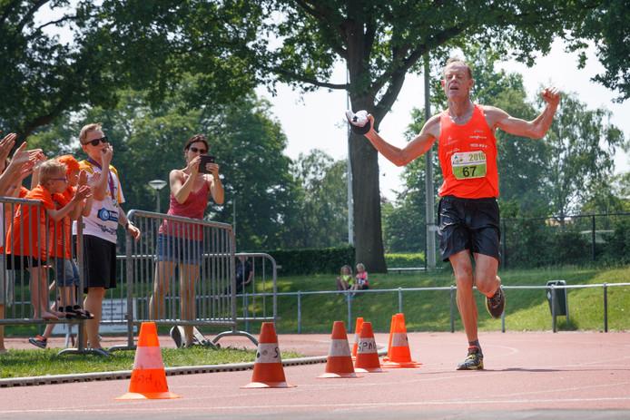 Marc Gunter wint uitgeput de Brabantse Wal Marathon.