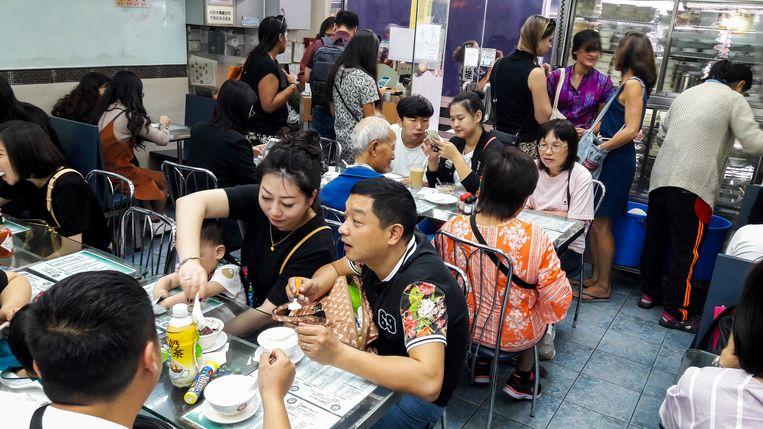 Melkpuddinkjes eten bij Yee Shun Milk Company. Beeld Nell Westerlaken