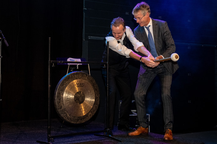 Minister Arie Slob (r) slaat in Nieuwleusen op de gong.