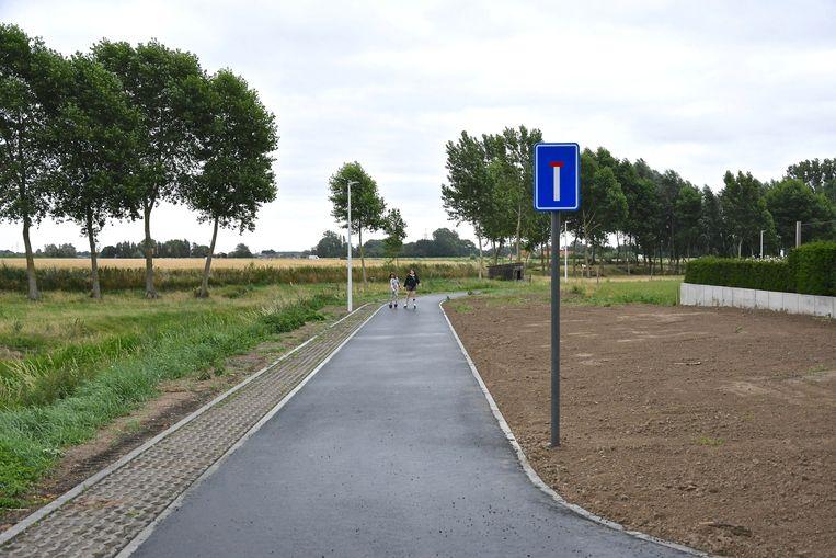 Er staat een verkeersbord dat wijst op het doodlopende fietspad.