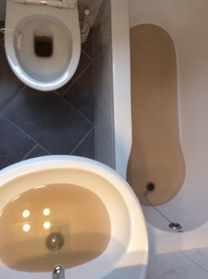De badkamer van Wim Weiermans uit Zevenaar, waar donderdagochtend bruin water uit de kraan komt.