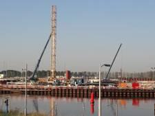 Nieuw spel van enorme torenkranen op bouwterrein van Nieuwe Sluis