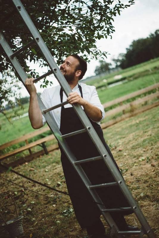 Jeffrey Schoeman in de boomgaard naast zijn restaurant.
