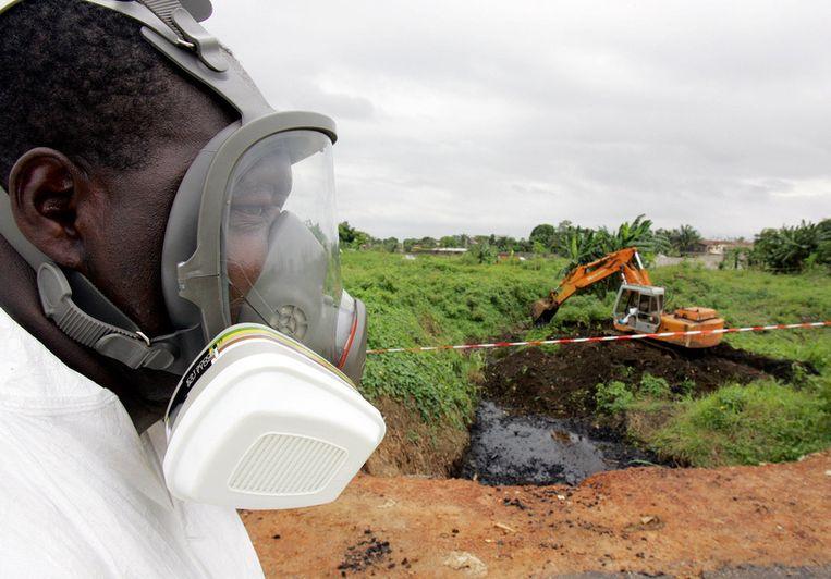 Werkzaamheden in Ivoorkust in 2006 bij de verwerking van het afval van de Probo Koala. Beeld afp