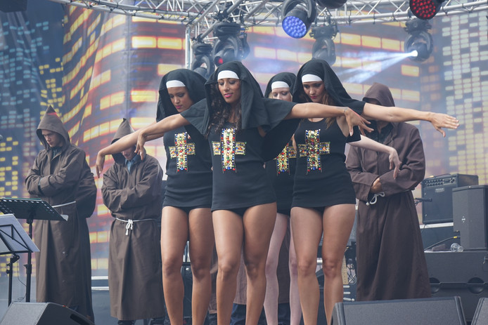 Alle kleding werd geshowd door dansers en danseressen van modellenbureau Dyon Caractere.