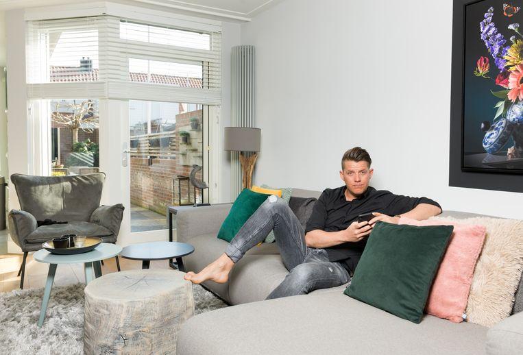 Stylist Kees Tol, thuis in Volendam. Beeld Ivo van der Bent