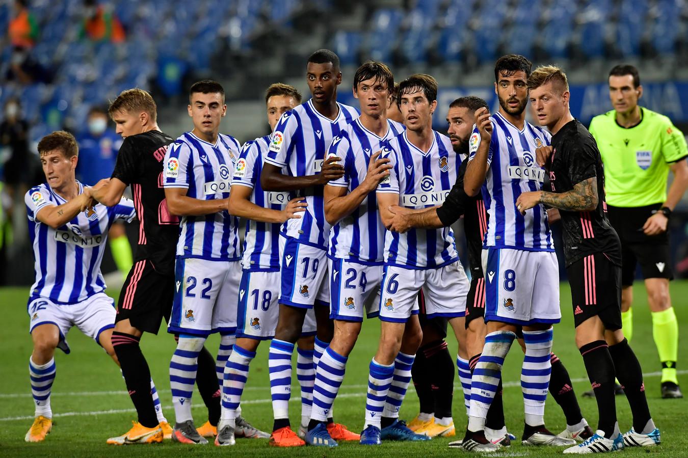 De spelers van Real Sociedad in een 'treintje' voor een hoekschop.
