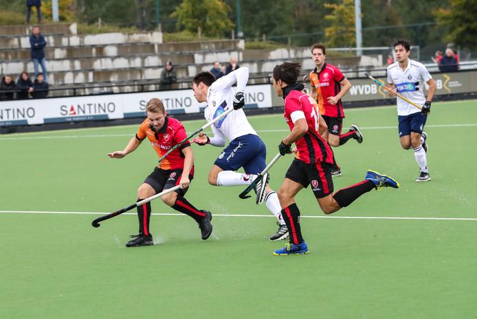 Nr 10 *max Kuijpers* en nr 10 *Thomas Briels* blokken een speler van Klein Zwitserland.