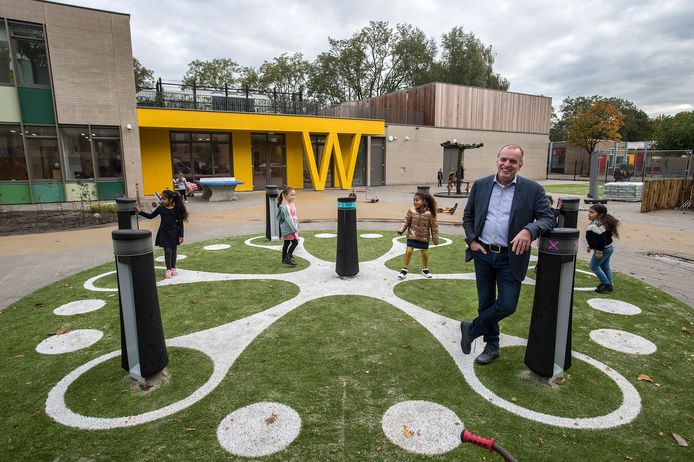Directeur Eric Gladdines bij het interactieve speeltoestel op het schoolplein van het nieuwe Kindcentrum De Wisselaar. Vrijdag is het openingsfeest voor de kinderen en het personeel.