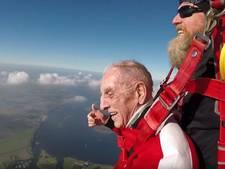 94-jarige verliest schoenen bij parachutesprong in Zeeland