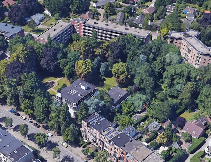 Achter Villa Trianon is in het groene gebied (midden rechts op de foto) het appartementengebouw gepland.