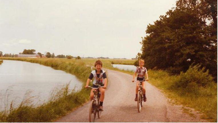Klaas Knot fietsend in Groningen (achteraan), 1976. Beeld