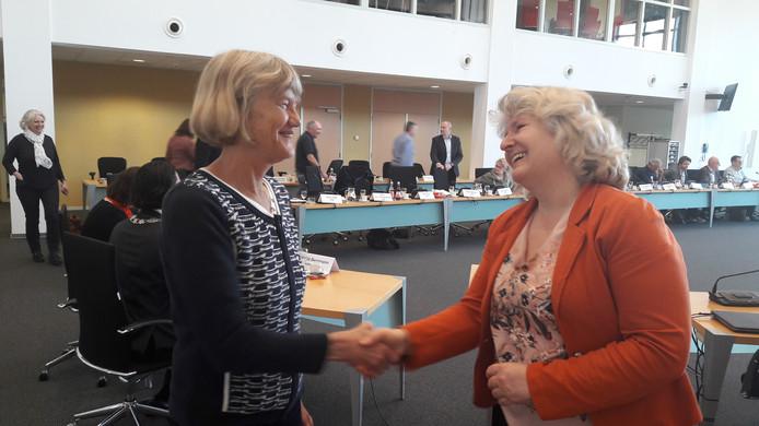 Marianne Golsteijn van GroenLinks wordt gefeliciteerd door wethouder Saskia Szarafinski.