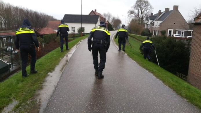 De politie speurde de Hoenzadrielsedijk af.