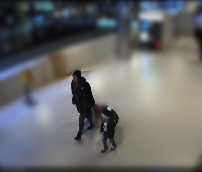 Beeld van de jongen op Amsterdam Centraal