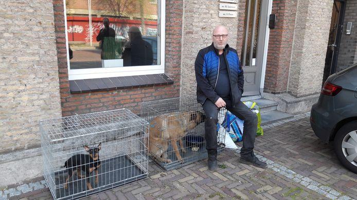 Arie den Dekker op een archieffoto, toen hij met zijn tweehonden op straat werd gezet.