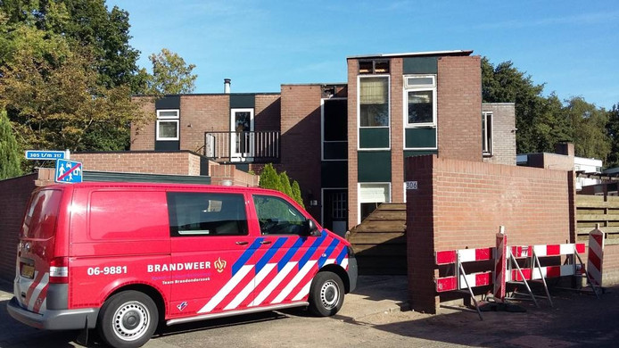 De brandweer doet onderzoek naar de oorzaak van een woningbrand in Apeldoorn.