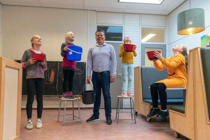 Joep van den Hout, directeur van de Doelakkers, heeft een paar helpers met emmers klaarstaan voor als het regent.