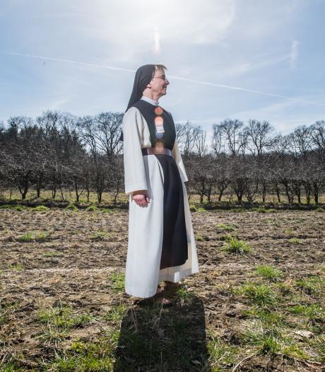 Eerste bezoekers op nieuwe natuurbegraafplaats bij de zusters: 'Ik heb al een mooi plekje gezien'