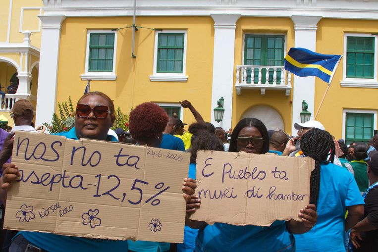Medewerkers van overheidsbedrijven en ambtenaren moeten 12,5 procent salaris inleveren. Beeld ANP