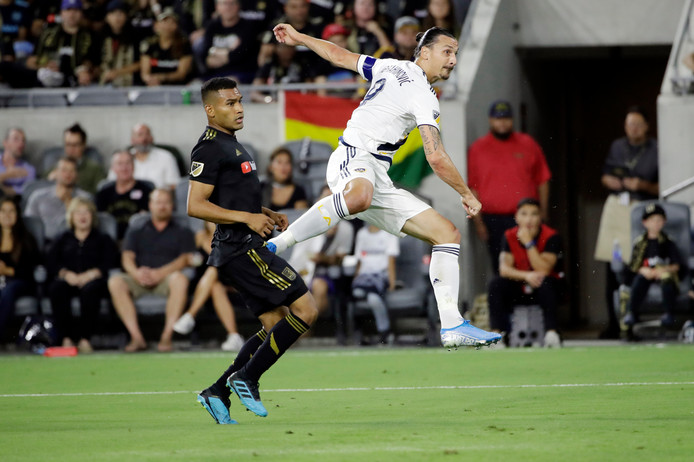 Zlatan Ibrahimovic haalt uit voor de openingstreffer tegen Los Angeles FC. Eddie Segura (l) is te laat.