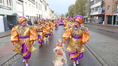 FOTO: regen en hagel houden massa weg van carnavalstoet in Asse