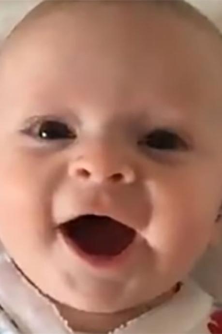 La joie de ce bébé lorsque l'on allume son appareil auditif le matin