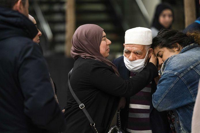 Familieleden omhelzen teruggekeerde reizigers, net nadat de eerste repatriëringsvlucht uit Casablanca (Marokko) was teruggekeerd op Schiphol op 27 april.