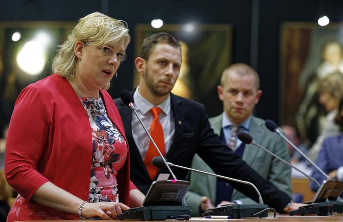 Ankie de Hoon (CDA) tijdens het debat, met op de achtergrond Maikel Boon (PVV) en Arend Meijer (D66).