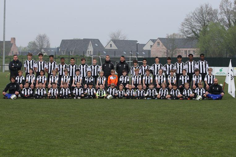 De deelnemers van het voetbalkamp van Juventus Academy bij JV De Pinte.