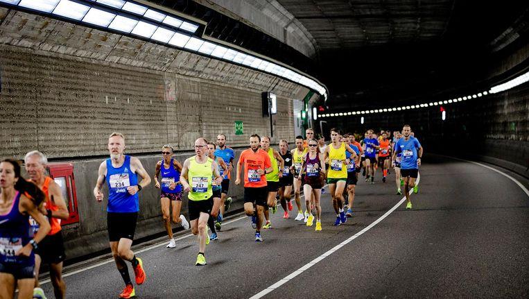 Deelnemers in actie in de IJtunnel tijdens de Dam tot Damloop van vorig jaar. Beeld anp
