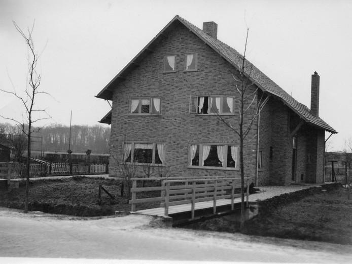 Eén van de eerste woningen die hier werden gebouwd met huisnummers 65 en 67. Ze waren destijds uitsluitend bereikbaar via een houten bruggetje.